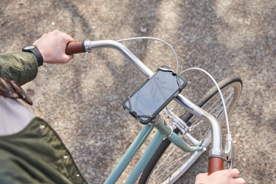 自転車にスマートフォンを固定できます。地図案内に便利