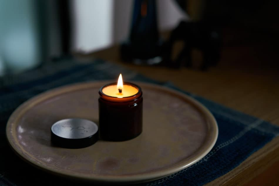 haeckels Cliff Breeze Candleを室内で使用している