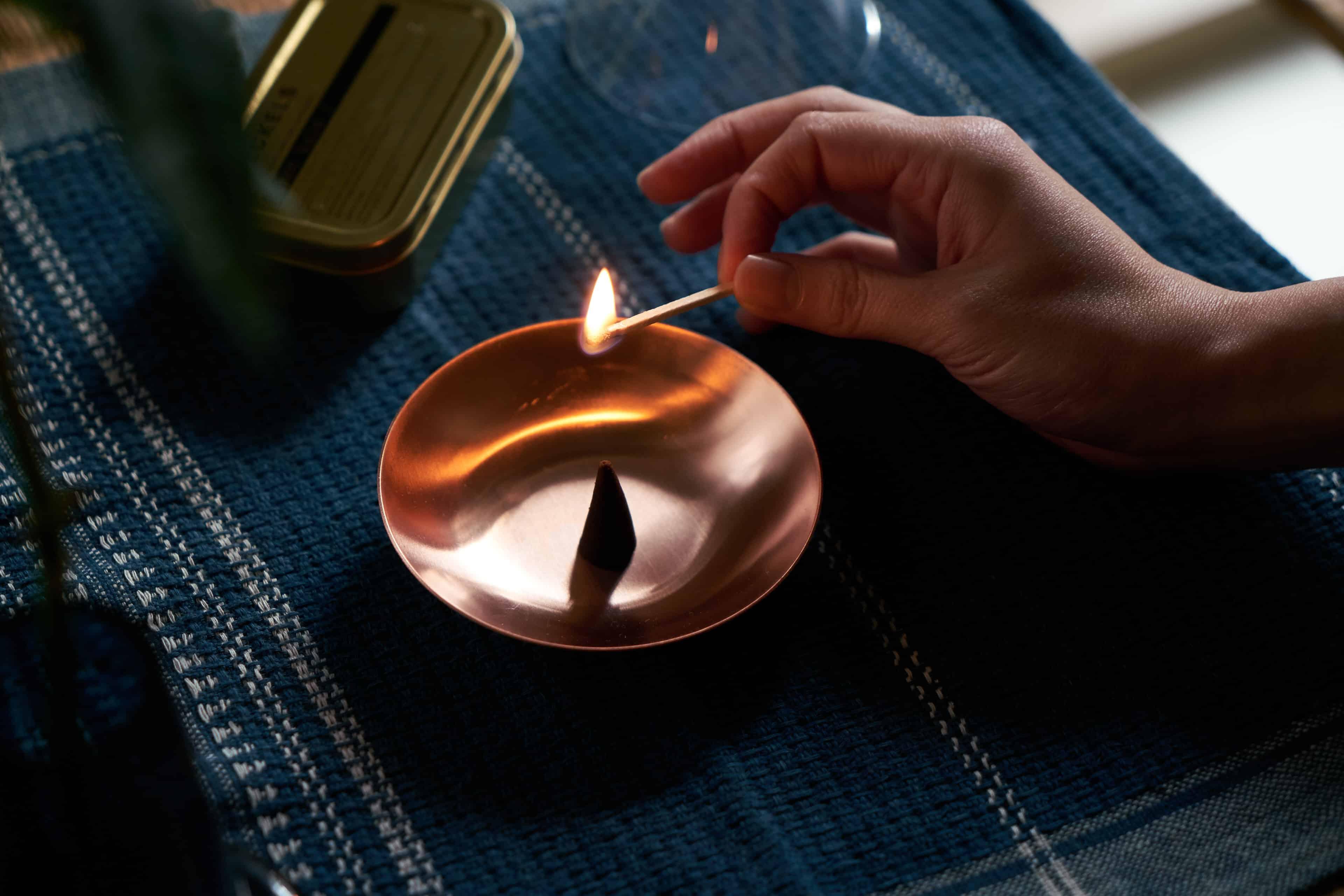Haeckels Incense Burnerを使ってIncenseが炊かれている