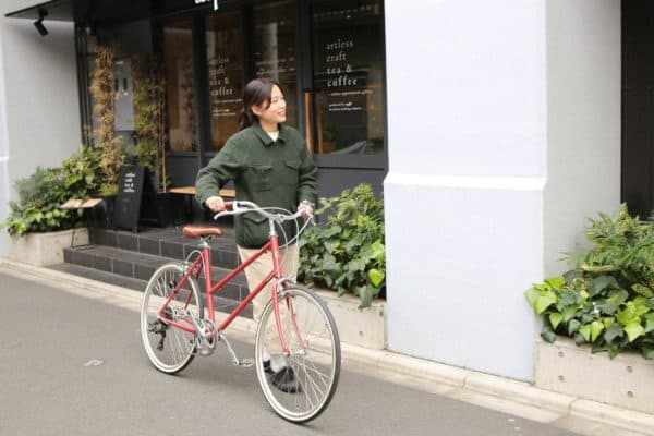 トーキョーバイクのTOKYOBIKEBISOU26を女性が押している