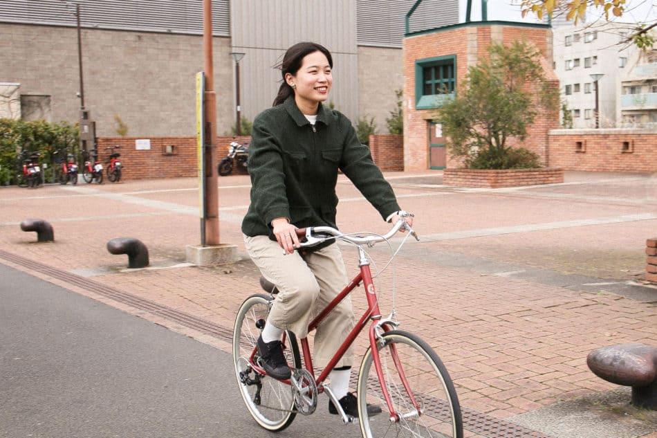 トーキョーバイクのTOKYOBIKE BISOU26に女性が乗っている