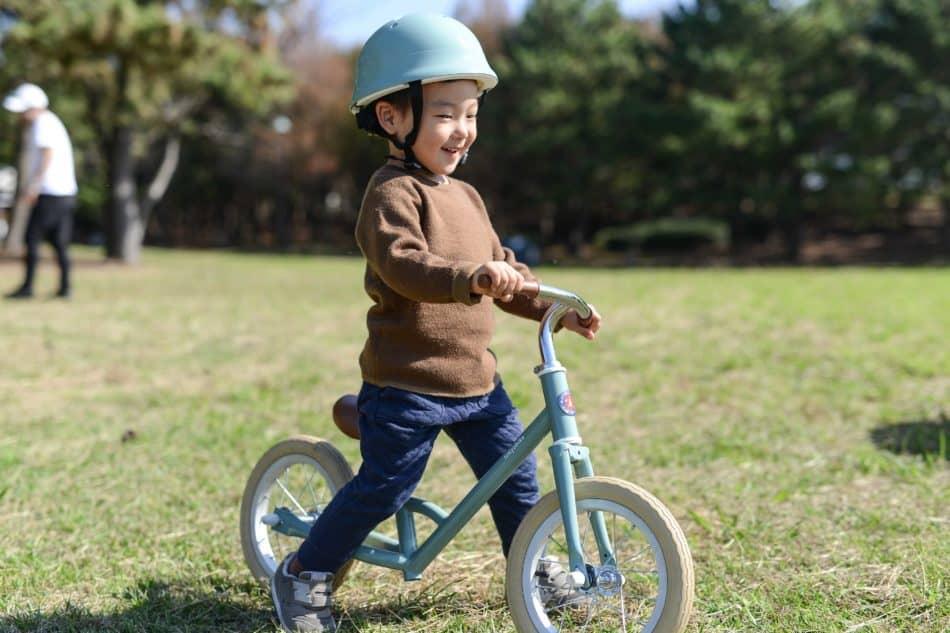 シンプルでかわいいキックバイク 自転車の練習におすすめ