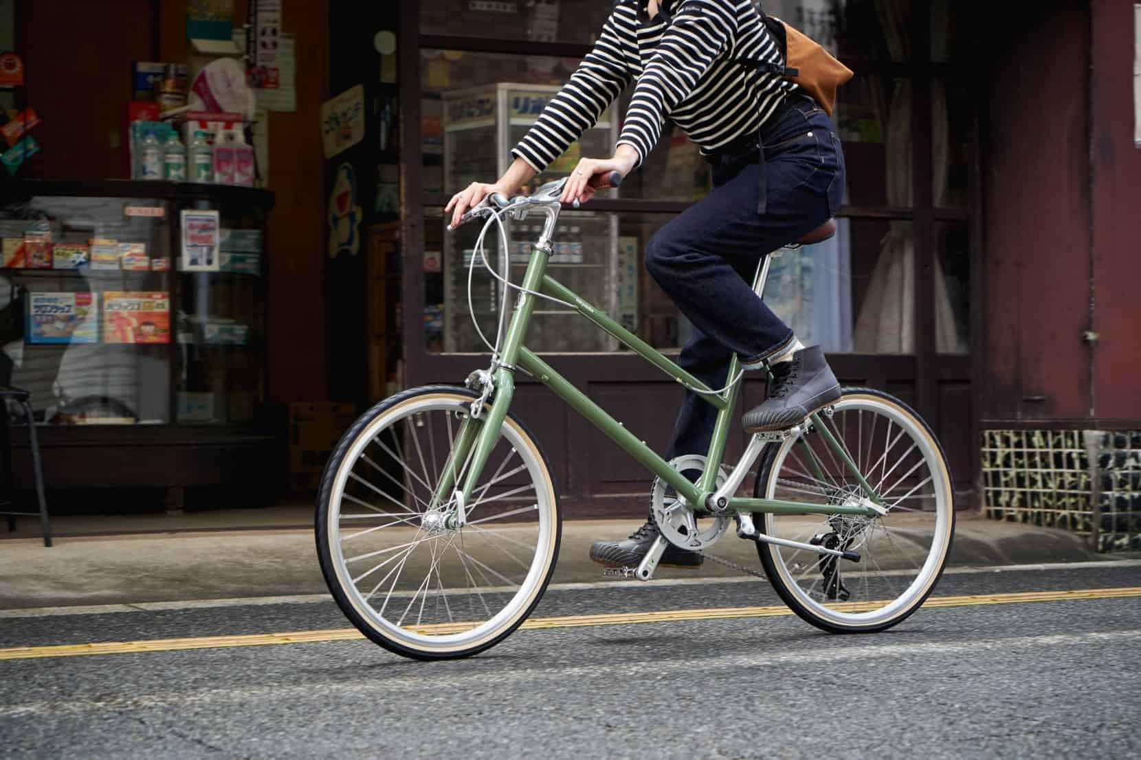 TOKYOBIKE CALIN LIMITED ARTICHOKE 自転車をアクティブに乗る女性
