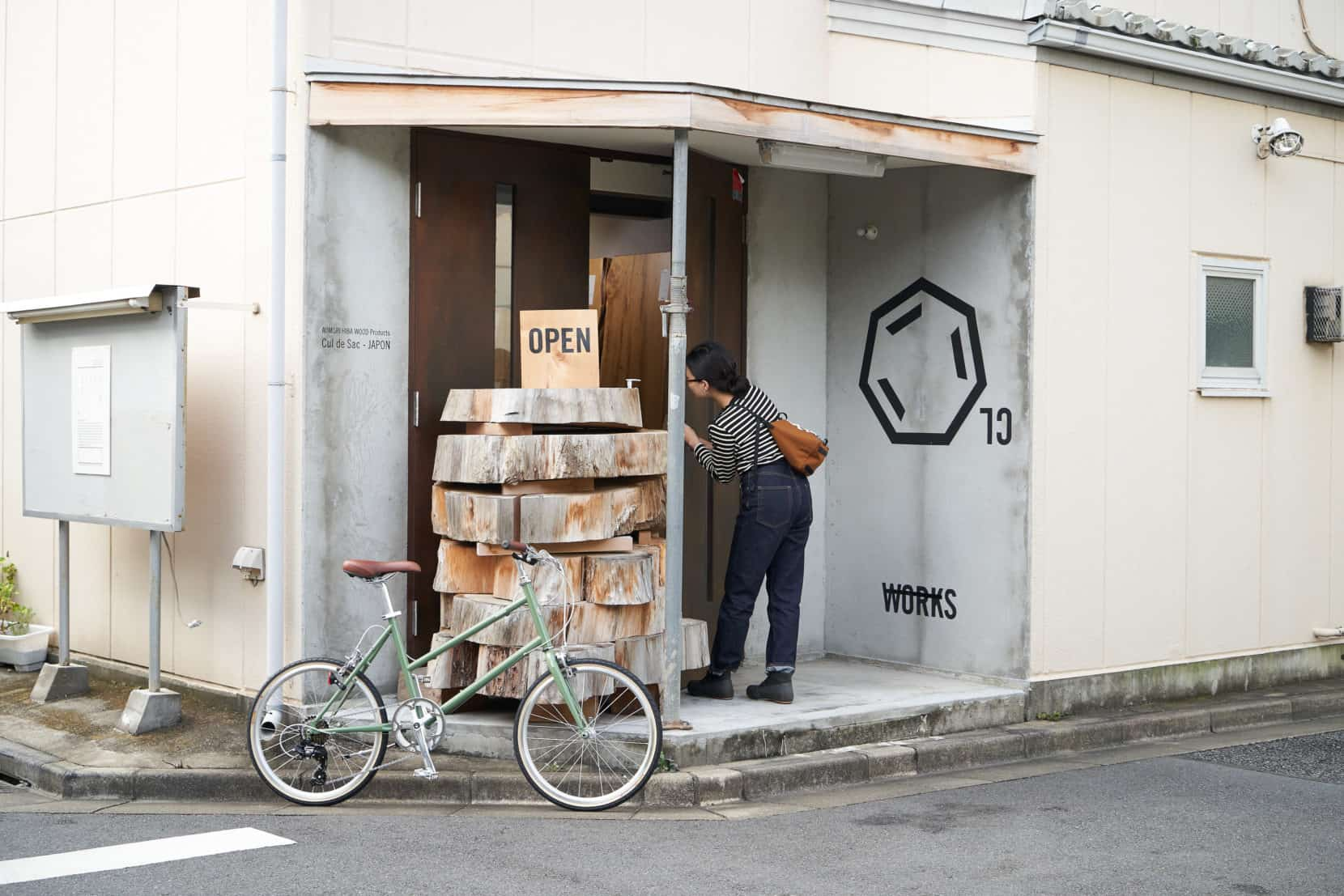 TOKYOBIKE CALIN LIMITED ARTICHOKEとおしゃれなお店に入る女性