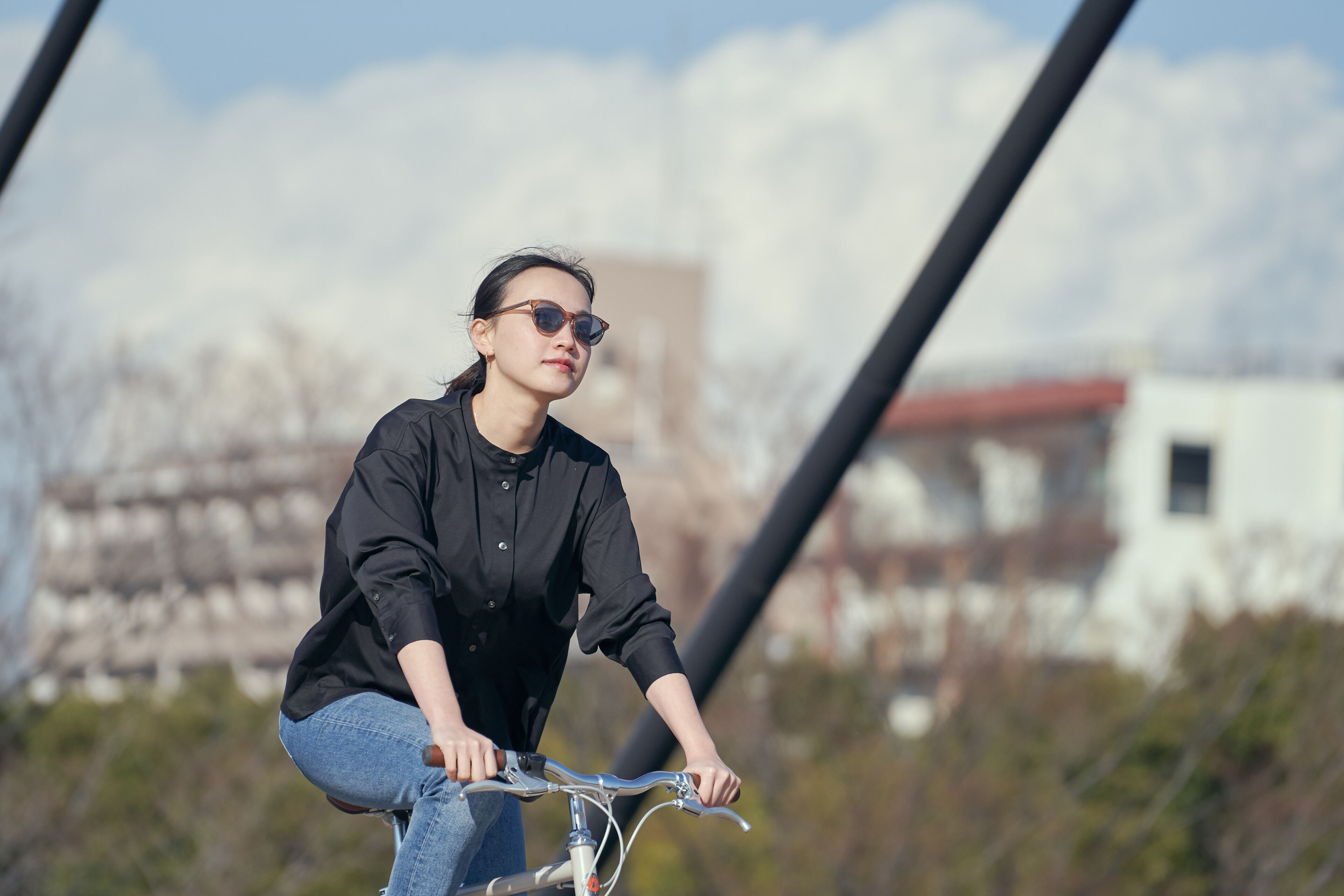 tokyobikeとtesioで街の⽇差しに着⽬し、様々な季節や時間帯のまぶしさを軽減するレンズと、掛けているのを忘れるほど⼼地よいフレームが特徴のサングラスです。暮らしに馴染む、ちょうどいいサングラス。
