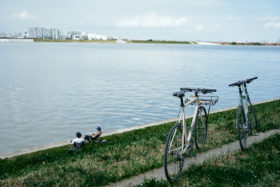 暑い夏の1日、2人のトーキョーバイクスタッフと羽田空港近くのベイエリアをサイクリングしてきました。