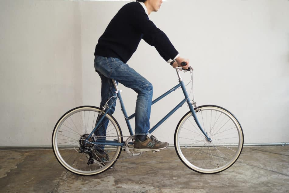 トーキョーバイクのTOKYOBIKE BISOU26スポーティーカスタムに男性が乗っている